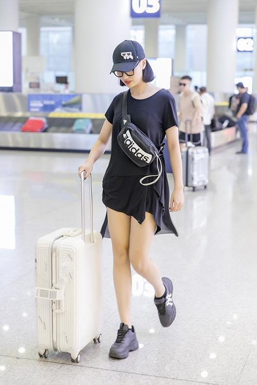Chiều qua (11/6), NTK Hà Duy cùng người mẫu Hồng Quế đã lên đường sang Côn Minh, Trung Quốc để chuẩn bị cho buổi trình diễn thời trang, nằm trong khuôn khổ sự kiện Kunming Fashion Week. Đây là chương trình được  Đài truyền hình Vân Nam lần đầu tổ chức và có sự tham gia của nhiều nhà thiết kế đến từ các nước như Thái Lan, Campuchia, Lào, Phillippines, Việt Nam, Trung Quốc... Mỗi nhà thiết kế sẽ mang đến những bộ sưu tập nhằm giới thiệu văn hóa đặc trưng của từng quốc gia.
