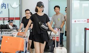 Hồng Quế khoe chân dài ở sân bay với áo giấu quần