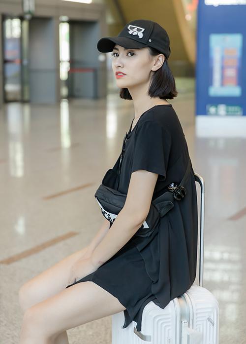 Chân dài nói, cô phải nhờ bố mẹ trông nom con gái Cherry để sang Côn Minh (Trung Quốc) công tác trong vài ngày. Cô còn dự định sẽ đi thăm thú một số địa danh du lịch nổi tiếng ở Côn Minh cùng NTK Hà Duy sau khi chương trình kết thúc.