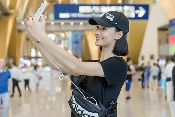 Gái một con nhí nhảnh selfie liên tục ở sân bay.