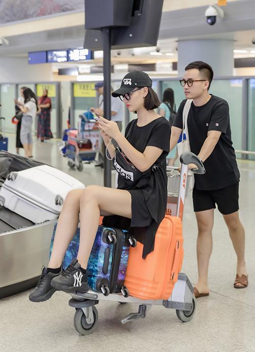 Bộ sưu tập của NTK Hà Duy sẽ trình diễn vào ngày 13/6 và Hồng Quế đảm nhận vị trí vedette cho show. Cô cũng là model Việt duy nhất góp mặt trong chương trình bên cạnh các model Trung Quốc và nhiều quốc gia khác.