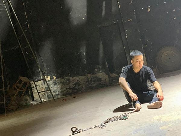 Hồng Đăng trong hậu trường phim Mê cung.