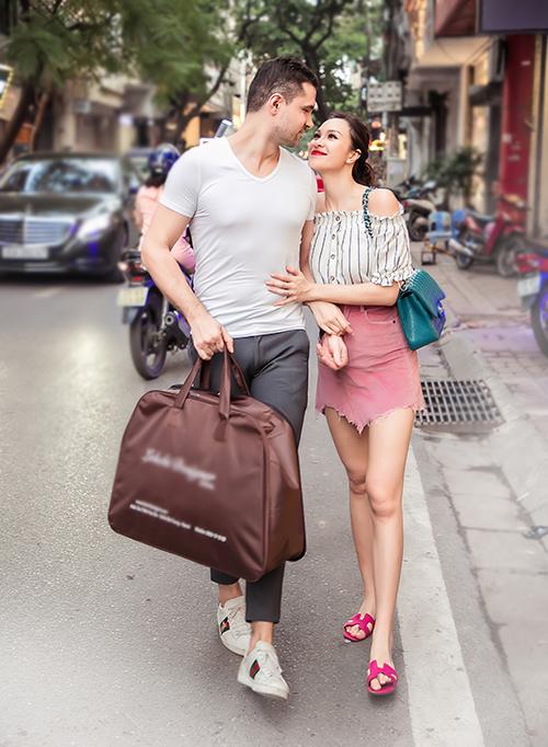 Sát ngày diễn ra hôn lễ, Phương Mai đithử váy cưới. Ông xã ngoại quốc Marcin tháp tùng vợ đi thử đồ.