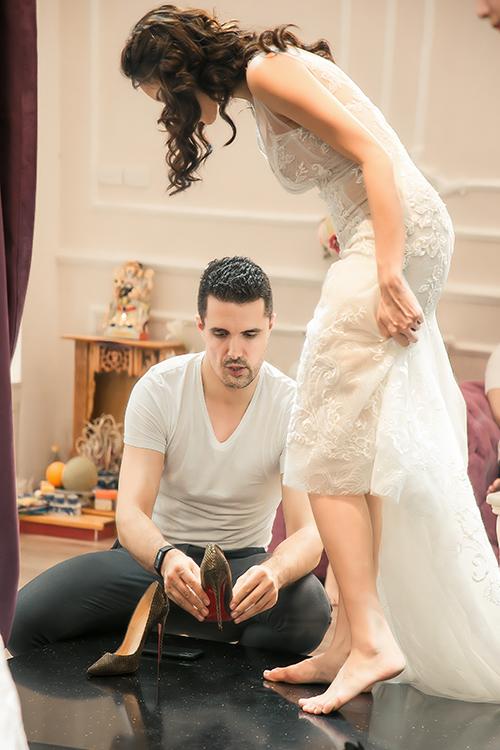 Chồng Phương Mai giúp vợ đi giày, chỉnh sửa váy.