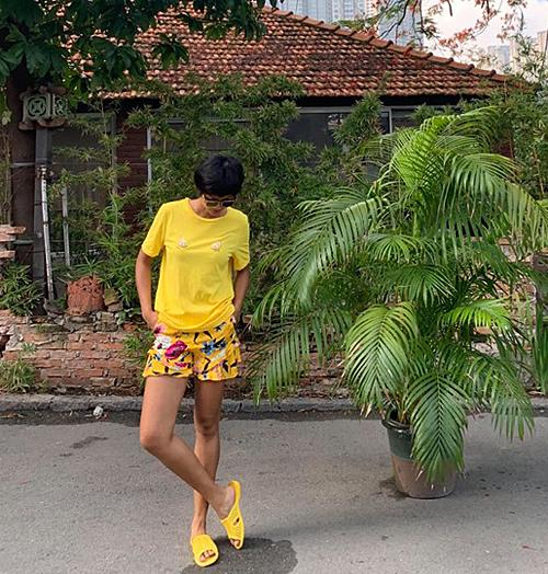Dép tổ ong là món phụ kiện đặc trưng cho phong cách giản dị của HHen Niê. Cô cưng món đồ này hơn cả những đôi giày hàng hiệu vì thường xuyên mang item này từ nhà ra phố. Mới đây, top 5 Miss Universe khiến fan thích thú khi diện cả set đồ vàng chóe từ đầu đến chân và đi đôi dép tổ ong huyền thoại.