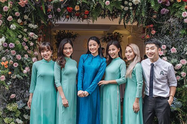 Lễ ăn hỏi của MC Phí Linh cùng chồng tương lai diễn ra sáng 13/6 tại Hà Nội. MC The Voice Việt diện áo dài lụa màu xanh. Cô trang điểm nhẹ nhàng, khoe nhan sắc xinh đẹp.