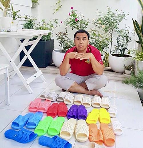 Bộ sưu tập dép tổ ong đầy đủ các màu được Quyền Linh khoe khéo trên mạng xã hội.