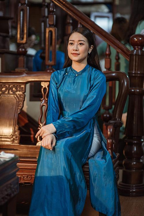 Áo dài Phí Linh mặc lấy cảm hứng từ áo dài Hà Nội những năm 30 của thế kỷ trước. Vải lụa trơn Hà Đông tạo sự thanh lịch, nền nã cho người mặc.