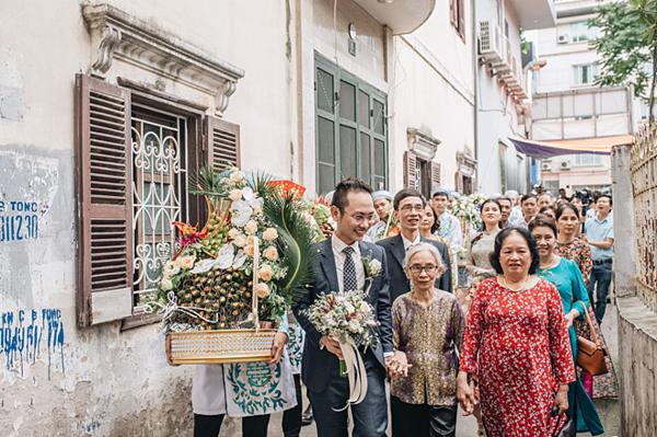 Ông xã Phí Linh cùng gia đình mang lễ vật tới nhà cô dâu. Chồng Phí Linh tên Lê Hoàng Linh, hiện đang công tác tại Đài Truyền hình Việt Nam.