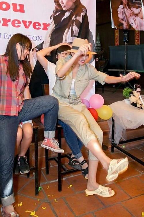 Thanh Hằng không ngại mang dép tổ ong trong các buổi giao lưu thân mật với fan.