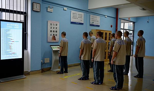 Các tù nhân xếp hàng đợi đến lượt mua hàng online.