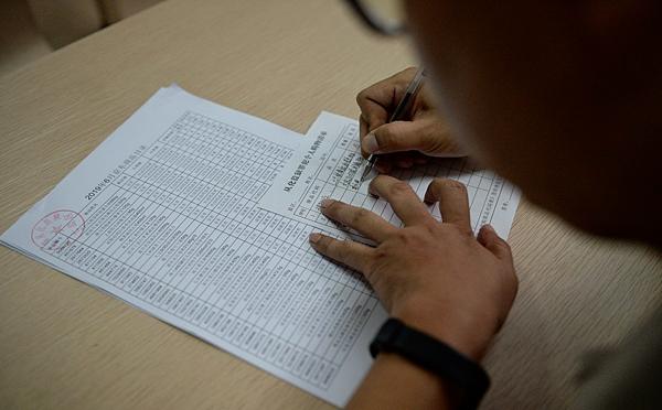 Tù nhân có thể nghiên cứu sản phẩm in trên bản giấy trước khi tiến hành mua online để tiết kiệm thời gian.