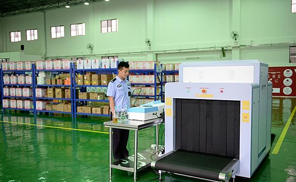 Quá trình kiểm soát hàng hóa tại nhà tù được triển khai tương tự ở sân bay.