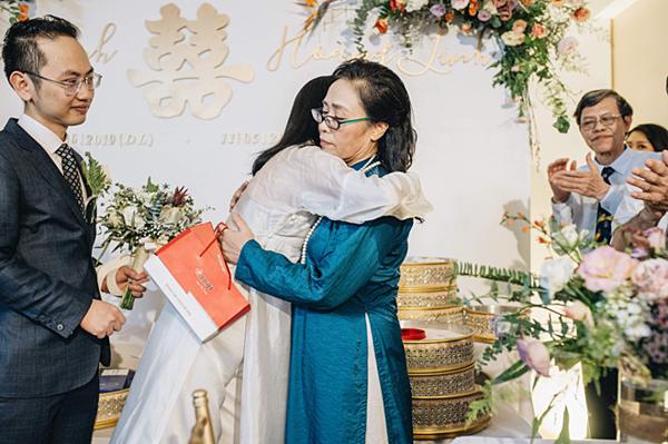 Mẹ Phí Linh dặn dò, trao cho con gái quà cưới.