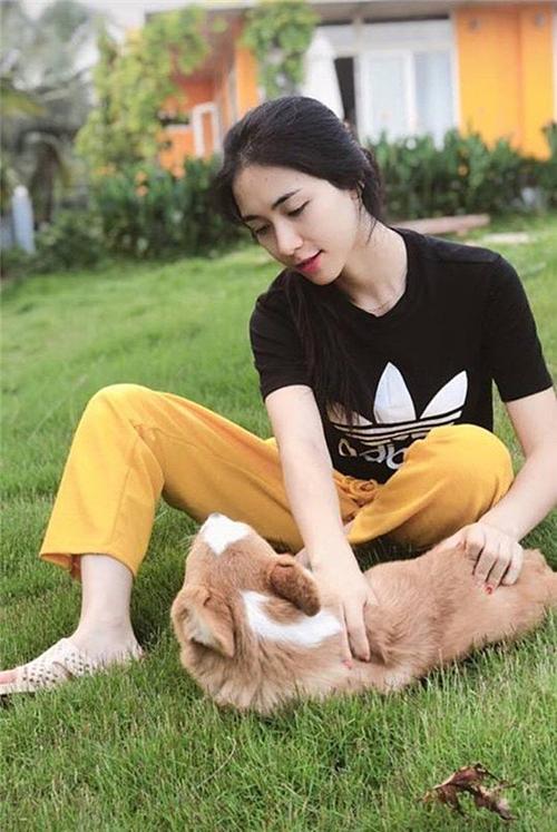 Ghé thăm biệt thự nhà bạn trai tại Long An, Hòa Minzy thoải mái mang dép tổ ong, vui chơi trong vườn.