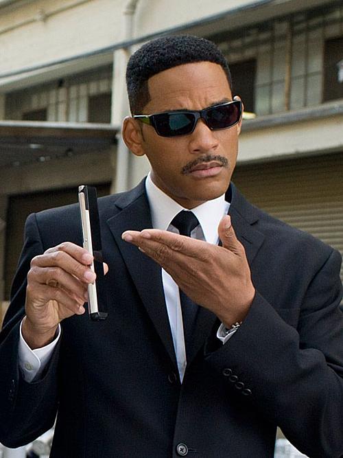Will Smith khiến khán giả bật cười ở những cảnh dùng máy xóa ký ức.