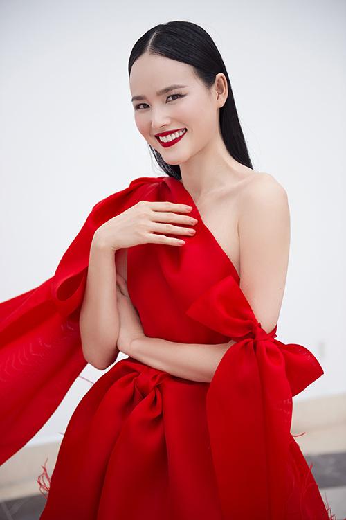 Với trang phục này, Tuyết Lan đã lựa chọn mái tóc màu đen suông thẳng và phong cách trang điểm monochrome, tông đỏ làm chủ đạo. Điểm nhấn đáng chú ý ở đây chính là màu son môi đỏ và hàng lông mi dày được tỉa gọt một cách hoàn hảo khiến nữ người mẫu lộng lẫy tại sự kiện. Tính đồng bộ của outfit còn được thể hiện ở đôi giày ton-sur-ton.