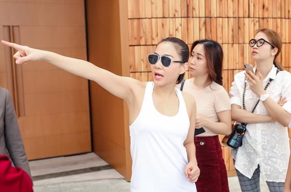 Thu Minh khảo sát địa điểm diễn ra showcase.