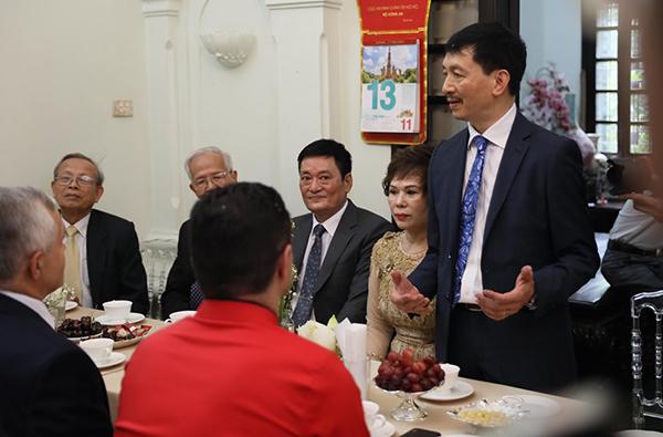 Bố mẹ Phương Mai trò chuyện với nhà thông gia trước khi cho phép chú rể lên phòng rước cô dâu.