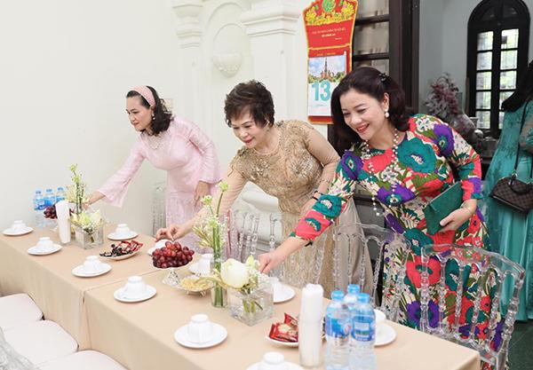 Mẹ ruột Phương Mai (giữa) cùng những người thân giúp con gái trang hoàng nhà cửa, chuẩn bị bánh kẹo để tiếp đón nhà trai.
