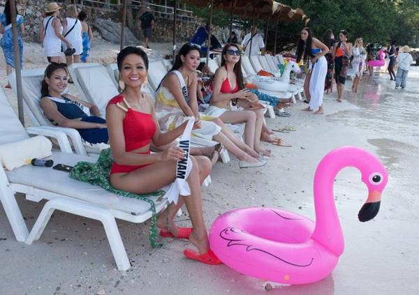 HHen Niê mang dép tổ ong tham gia Miss Universe 2018.