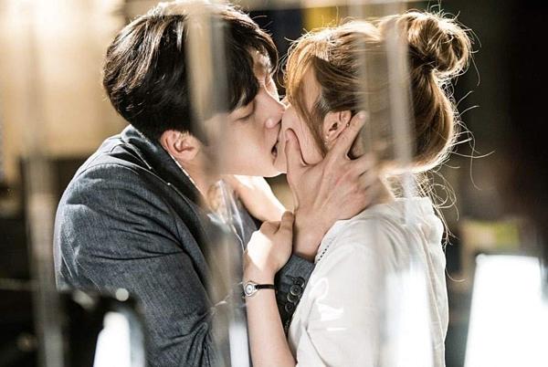 Ji Chang Wook là một diễn viên đa tài. Anh chứng tỏ mình là một ngôi sao hành động thực thụ qua các vai diễn trongHealer và The K2. Tuy nhiên, Ji Chang Wook cũng là một nam thần màn ảnh với các cảnh lãng mạn. Nam diễn viên này luôn phối hợp rất tốt với bạn diễn để tạo ra bầu không khí tuyệt vời trong những cảnh phim thân mật. Đặc biệt là kỹ năng hôn trên màn ảnh của Ji Chang Wook khiến khán giả phải đỏ mặt với những cái chạm môi nhẹ nhàng cho đến nụ hôn sâu nóng bỏng.