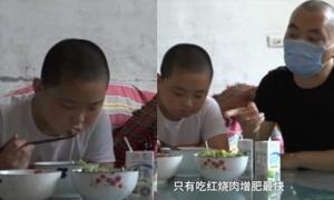 Cậu bé Trung Quốc quyết tăng 15kg để hiến tủy cứu cha