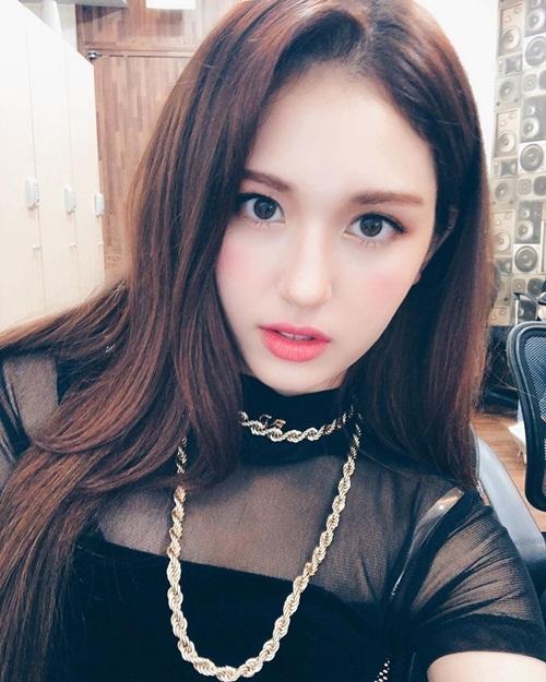 Jeon Somi xuất hiện với tạo hình xinh đẹp, trưởng thành trong buổi họp báo debut.