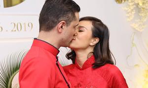 Phương Mai e thẹn hôn chồng trong đám hỏi