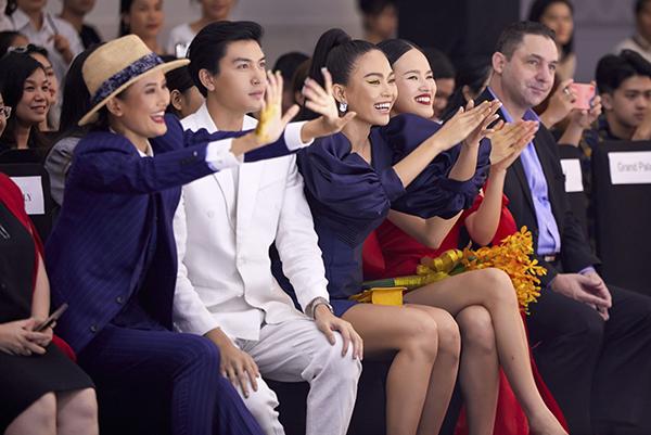 Hương Ly, Quang Đại, Mâu Thủy, Tuyết Lan hò reo thích thú với phần trình diễn thời trang đáng yêu của các bé.
