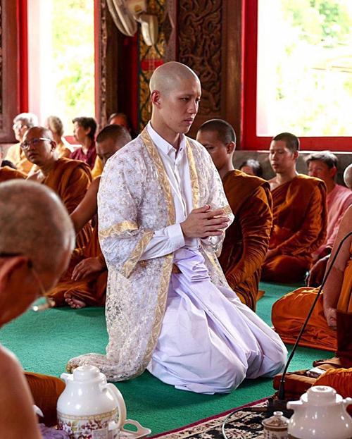 Giữ đúng lời hứa sẽ đi tu khi tròn 25 tuổi, mỹ nam Tuổi nổi loạn thực hiện nghi lễ báo hiếu tại một ngôi chùa ở địa phương.