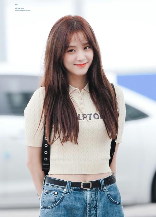 Chỉ cần thay đổi một chút ở phần tóc mái, Ji Soo đã xuất hiện trên bảng tìm kiếm ở Hàn nhờ vẻ đẹp thánh thiện, nữ tính. Chỉ đi ra sân bay, thành viên Black Pink có tạo hình giống một nữ chính trong bộ phim tình cảm.