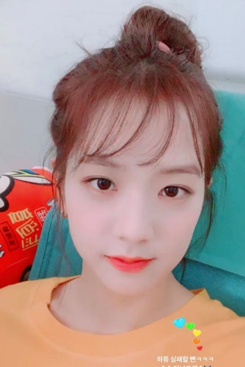 Kiểu tóc mái lưa thưa rất hợp với khuôn mặt của Ji Soo, cô nàng được khen trẻ trung như nữ sinh với cách búi tóc cute.