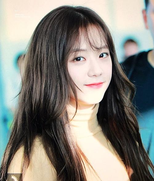 Không cần tạo kiểu cầu kỳ, Ji Soo thường chọn tông trang điểm nhẹ nhàng. Cô nàng nổi tiếng với vẻ đẹp bất chấp những bức ảnh chụp gần, không cần qua chỉnh sửa.
