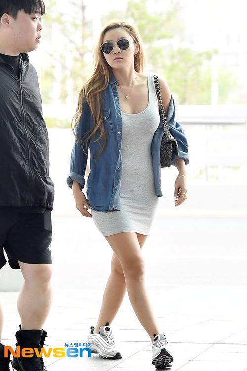 Jang Won Young lộ eo kém thon, Hwasa sexy hết ở sân bay - 8