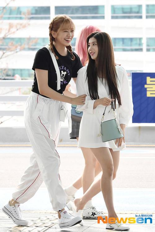 Jang Won Young lộ eo kém thon, Hwasa sexy hết ở sân bay - 1