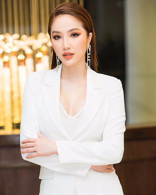 Bảo Thy sang trọng hơn khi chọn cách mix-match cặp khuyên tai chữ Chanel với bộ suit trắng thanh lịch.