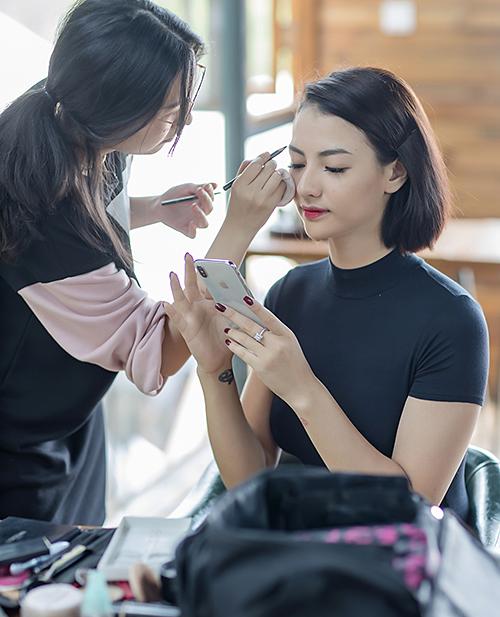 Vào chiều qua (13/6), NTK Hà Duy đã có màn giới thiệu bộ sưu tập áo dài lấy cảm hứng từ Thánh địa Mỹ Sơn trong sự kiện Kunming Fashion Week, do Đài truyền hình Vân Nam tổ chức tại Côn Minh, Trung Quốc.