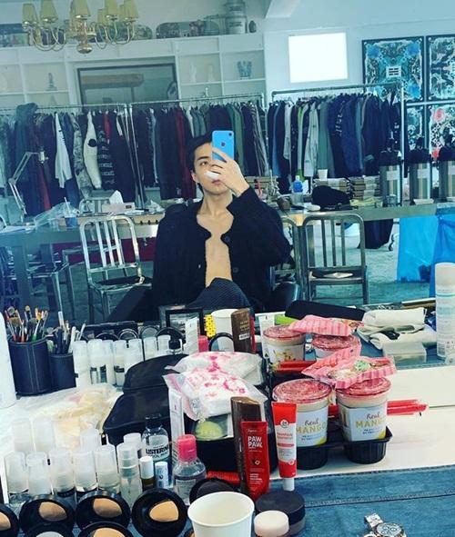 Se Hun phanh áo chụp ảnh trong phòng thay đồ.