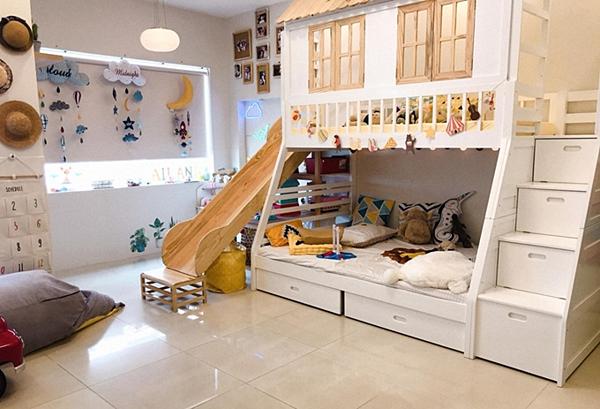 Căn phòng mớicủa bé Ailani, 3 tuổi - con gái Phương Vy - được cải tạo từ một căn phòng để trống. Quán quân Vietnam Idol 2007 chia sẻ, cô mất gần hai tuần lên ý tưởng,làm mới các món đồ cũ, thiết kế và hoàn thiện. Căn phòng gồm giường ngủ, phòng chơi, cầu trượt... được vẽ, trang trí theo phong cách gần gũi, thân thiện.