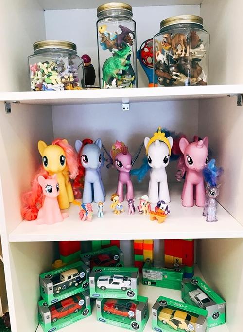 Những món đồ chơi của Ailani được Phương Vy cất trong tủ gỗ.