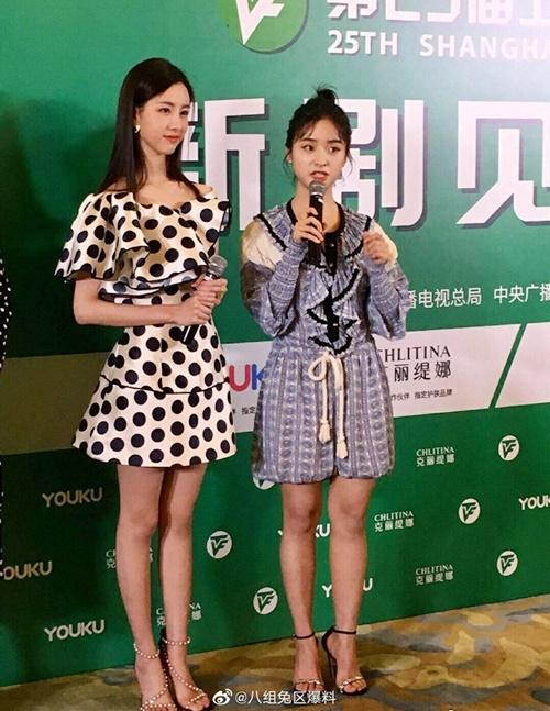 Trong sự kiện ngày 14/6, Thẩm Nguyện bị Trần Đô Linh (bên trái) dìm hàng khi đứng chung khung hình. Nữ chính của Vường sao băng lộ chân thô, khí chất kém hẳn so với bạn diễn. Không ai có thể nhận ra Thẩm Nguyệt đang mặc độ hiệu có giá khoảng 25 triệu đồng.