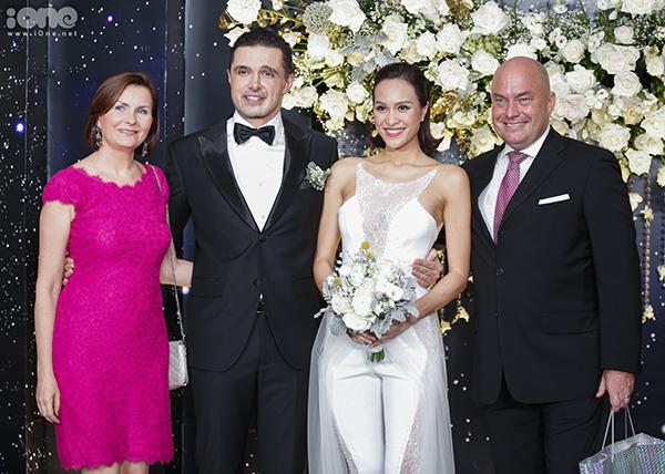 Hôn lễ của Phương Mai và chồng người Ba Lan diễn ra tối 15/6 tại một khách sạn 5 sao ở Hà Nội. Trong lễ thành hôn, cô dâu liên tục thay trang phục cưới. Khi đón khách ở sảnh, người đẹp sinh năm 1990 diện thiết kế cá tính với bộ jumpsuit trắng.