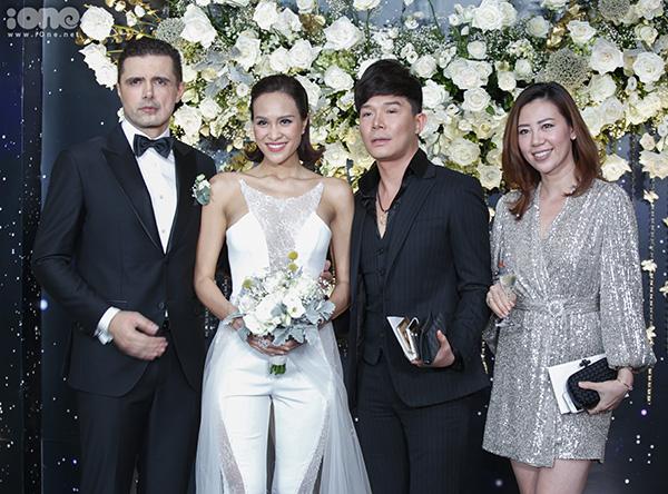Hôn lễ của Phương Mai có sự tham gia của 250 vị khách gồm họ hàng, bạn bè thân thiết. Một số người bạn trong giới giải trí cũng đến chúc mừng nữ MC như Nathan Lee...