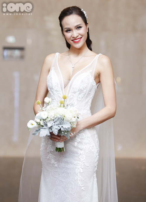 Sau khi chào khách, Phương Mai thay bộ trang phục cưới lộng lẫy hơn để bước vào phần làm lễ.