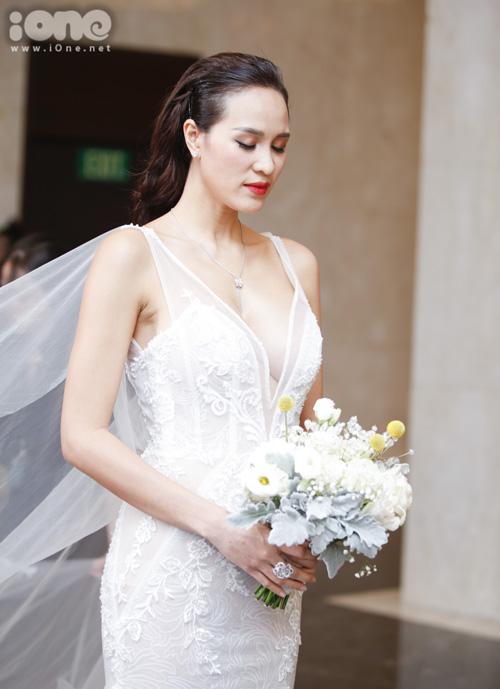 Thiết kế được người đẹp sinh năm 1990 đặt may riêng từ 2 tháng trước, kiểu dáng tôn lên vòng một gợi cảm của cô dâu.