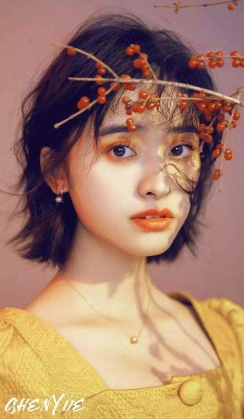 Thẩm Nguyệt nổi tiếng nhờ bộ phim Gửi thời thanh xuân tươi đẹp của chúng ta, Vường sao băng 2018. Nữ diễn viên sinh năm 1997 là nữ thần thanh xuân thế hệ mới của làng giải trí Trung Quốc. Thẩm Nguyệt với khuôn mặt đẹp trong sáng. Tuy nhiên, cô nàng thường bị chê bai vì đôi chân thô, cách chọn trang phục kém ấn tượng khi tham gia sự kiện.
