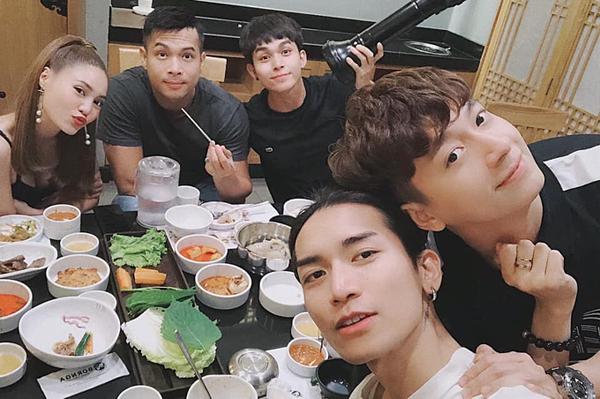 Dàn sao của Chạy đi chờ đi rủ nhau đi ăn đồ Hàn Quốc.