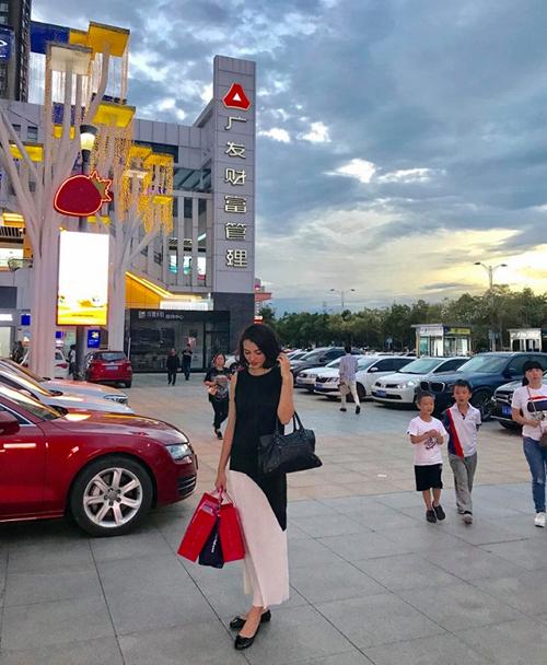 Hồng Quế tranh thủ đi mua sắm sau chuyến công tác tại Trung Quốc.