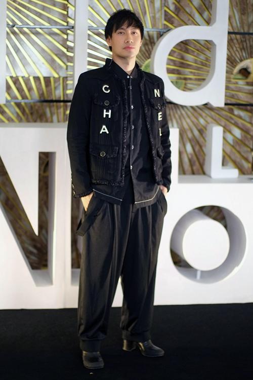 Sự kiện còn có NTK Lý Quí Khánh. Anh diện trang phục độc đáo, đi giày cao gót.